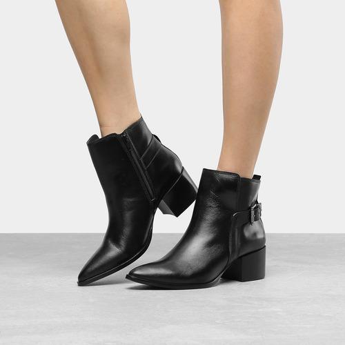 7092f9517 Bota Couro Cano Curto Shoestock Bico Fino Fivela Feminina - R$ 399 ...