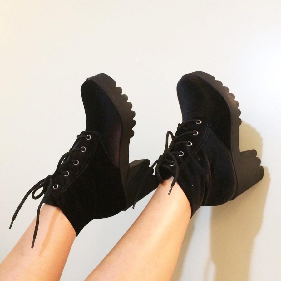 94516c336 bota feminina preta veludo + sandália tratorada preta verniz. Carregando  zoom.