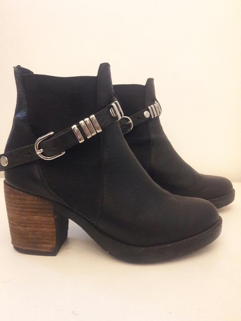 841b1a022 botas caña corta cuero negras con accesorios metalicos. Cargando zoom.