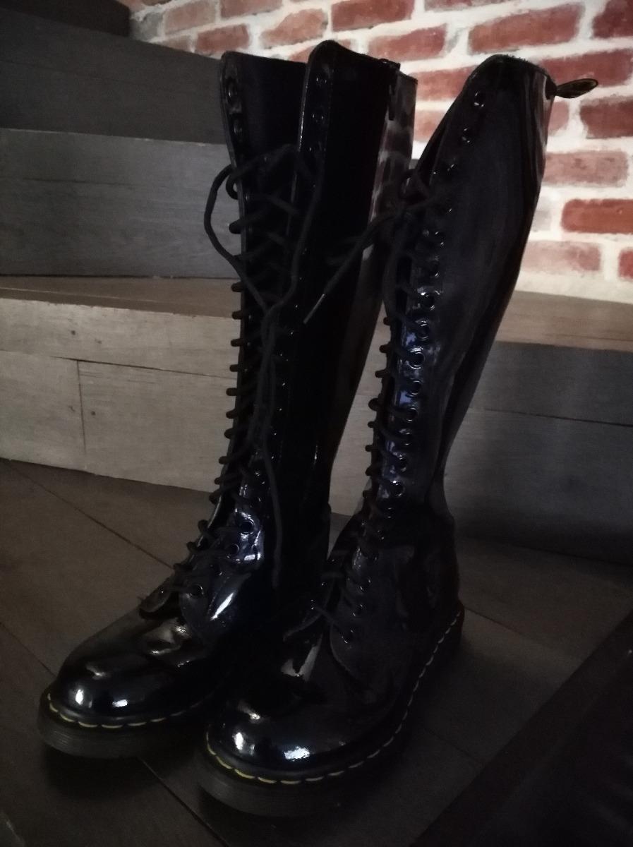450218f8dd3 botas dr martens de charol negro altas. Cargando zoom.