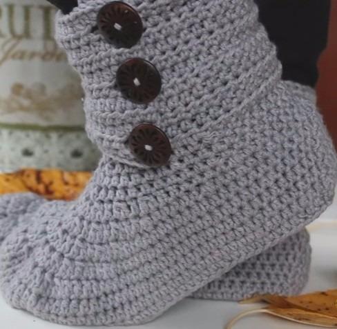 botas pantuflas con botones a crochet