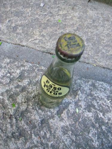 botella antigua paso de los toros llena. coleccionable.