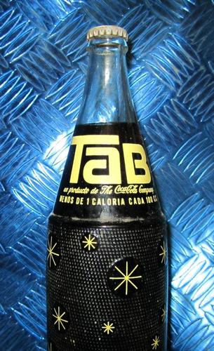botella bebida tab de la coca cola con el contenido original
