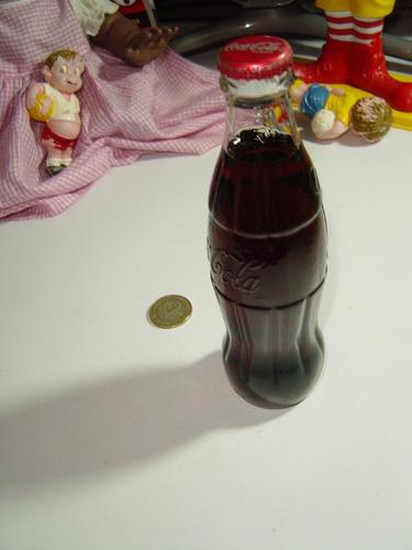 botella de coca cola pequeña llena de los juegos athenas