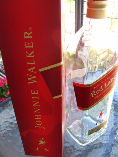 botella de whisky escocés johnny walker red label vacía