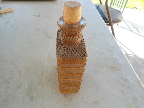 botella muy antigua con fino tejido de mimbre