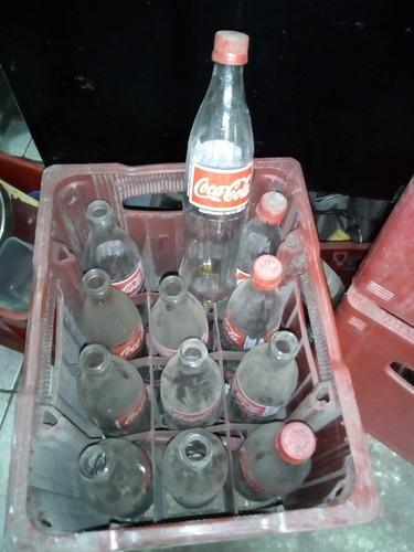 botellas de gaseosas diversas con y sin cajas