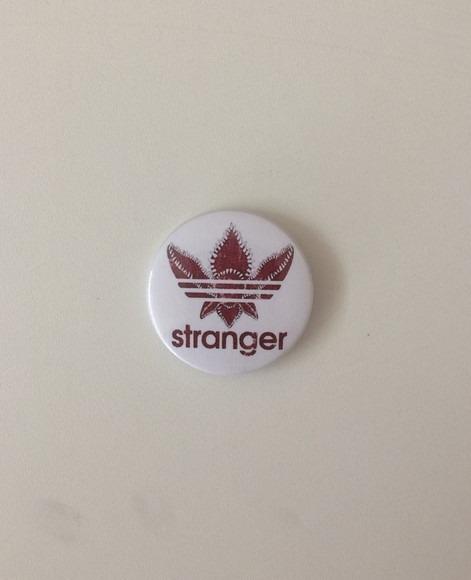 meilleur prix pour styles divers livraison gratuite Botton Button Boton Broche Stranger Things adidas