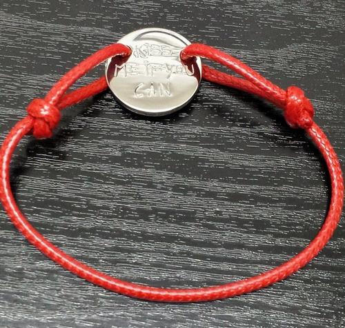 bracelete em corda encerada ajustável  e placa com frase