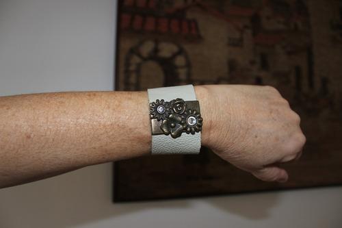 bracelete nude de couro feminino