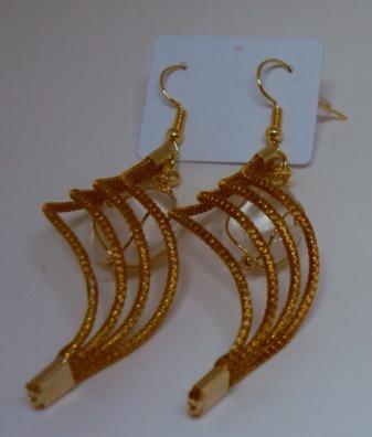 brinco em capim dourado tipo onda com pedras brasileiras