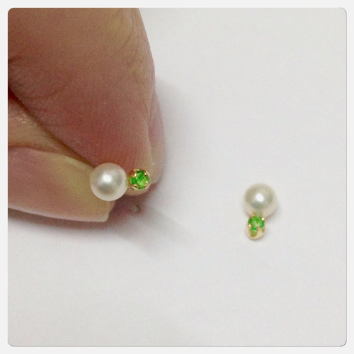 brinco infantil de pérola e esmeralda natural joia ouro 18k