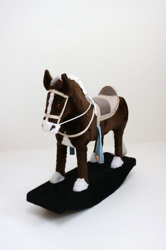 brinquedo cavalinho balanço de madeira e pelúcia criança