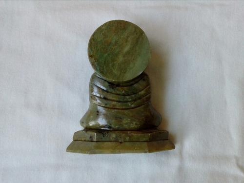 buda meditando.  tallado en piedra verde.