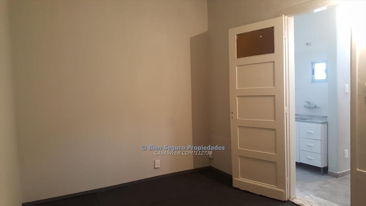 buen apartamento en planta baja en venta en maroñas.