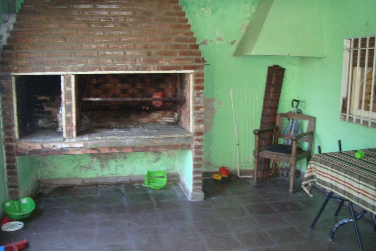 burzaco: casa de 3 ambientes c/ galpon y fondo + depto anex