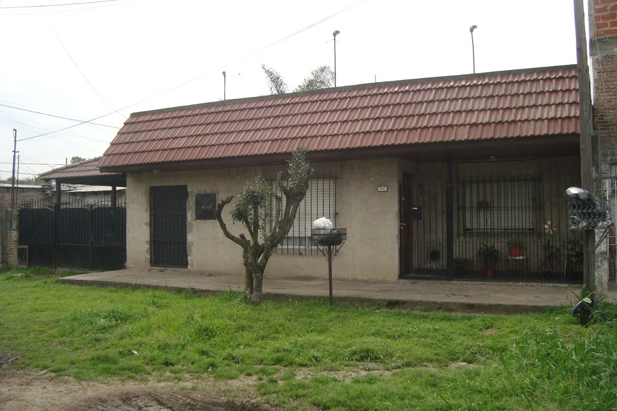 burzaco:oportunidad casa 3 amb.c/local+ garage+fdo . a mts a