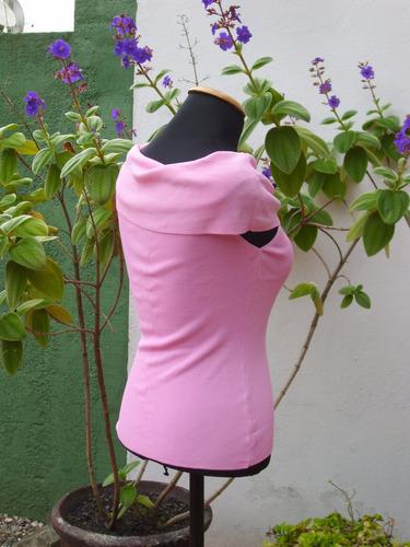 buzo de hilo con cuello a los hombros y color llamativo.