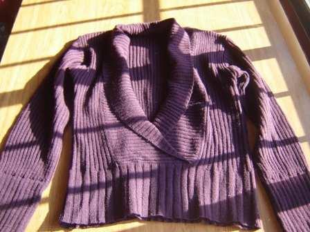 buzo de lana color uva talle m. cuello bajo en v