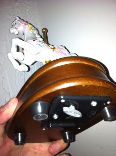 caballos de porcelana con base de madera, musicales