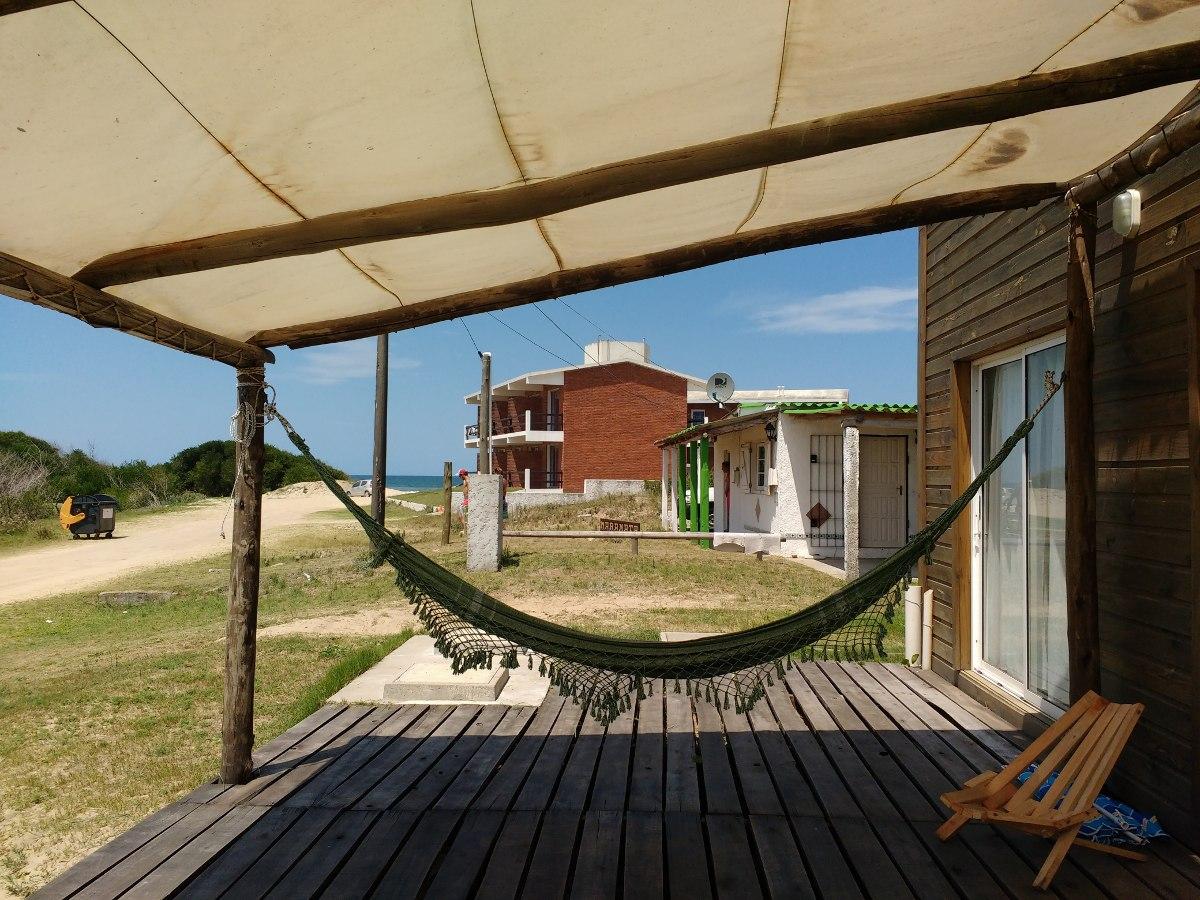 cabaña a metros de la playa con vista al mar