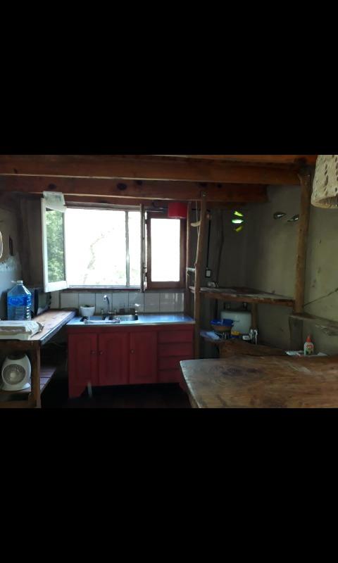 cabaña de barro emplazada en medio del humedal