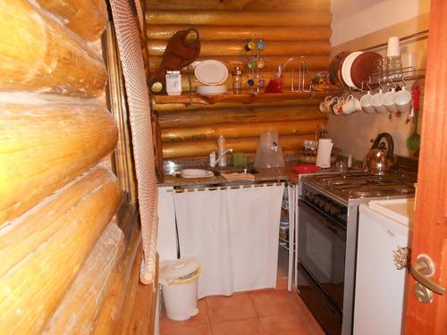 cabaña de troncos con quincho y piscina para dos personas.