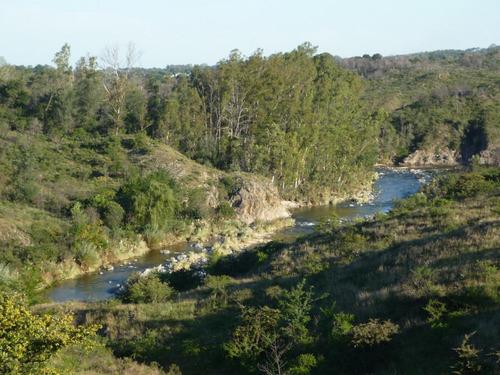 cabaña en las sierras con rio y cascada natural