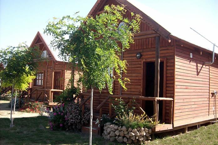Caba as madera estilo ingl s frente 1 2 tronco con deck for Cabana madera precio