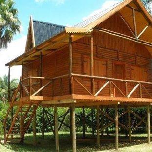 cabañas madera estilo inglés y frente con deck en 1/2 tronco