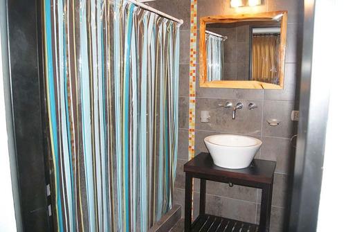 cabaña en mar azul
