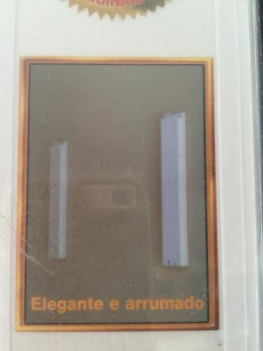cabideiro desmontável para parede com duas hastes brancas.