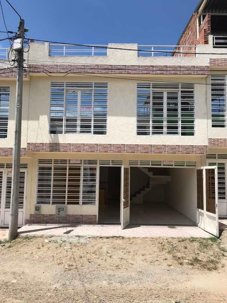 cada de 4 habitaciones, 3 baños, dos plantas con terraza,