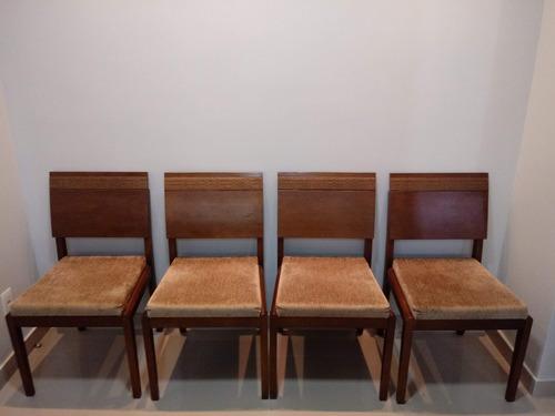 cadeiras em madeira com estofado para mesa de jantar