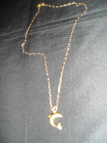 cadena acero quirurgico dorada con dije de un delfin.