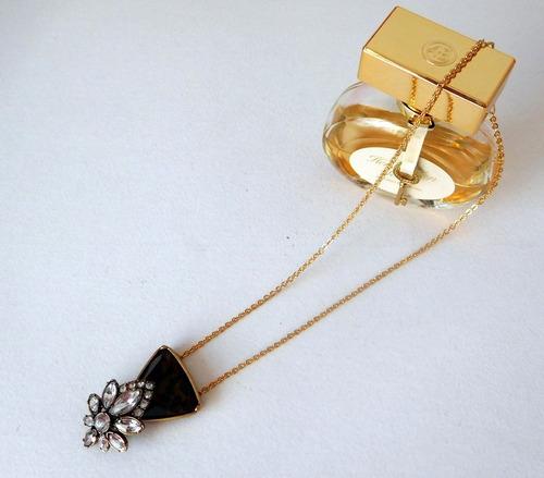 cadena dorada con colgante con cristales