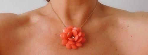 cadena dorada con colgante flor color coral