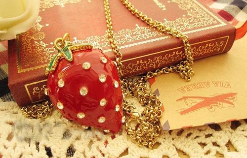 cadena vintaje con dije de fresa con cadena dorada