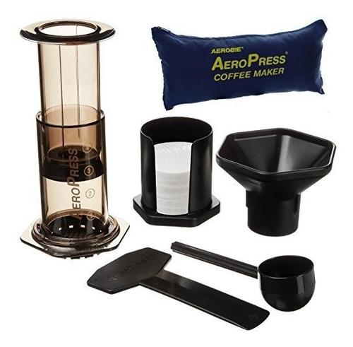 cafetera de aeropress y cafe expreso con bolso de mano.