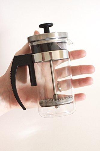 cafetera pequeña y brillante tipo prensa francesa con vaso d
