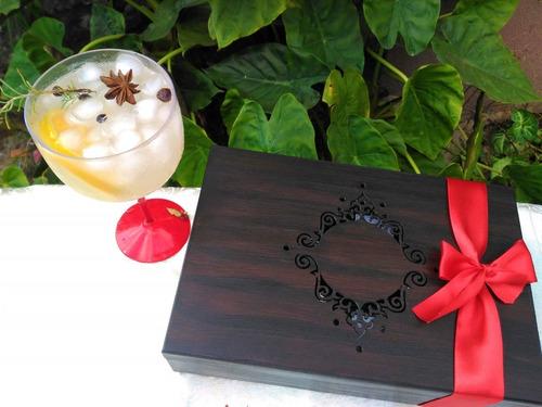 caixa com especiarias para gin tônica em madeira artesanal