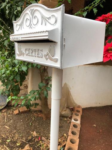 caixa de correio americana branco com prata com pedestral
