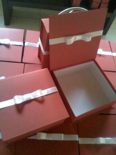 caixa para chandon e taças lembrança padrinhos.