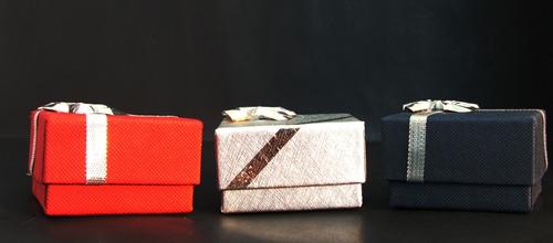 caja de regalo con moño plateado (carton)