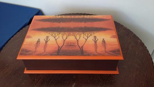 caja decorada a mano color tomate para uso múltiple