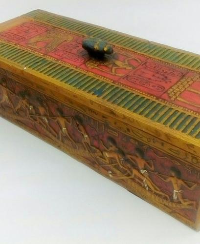 caja egipcia en alabastro finamente grabada con escarabajo