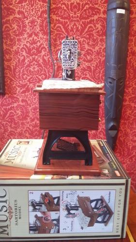 caja musical con forma de máquina de coser antigua. regalo