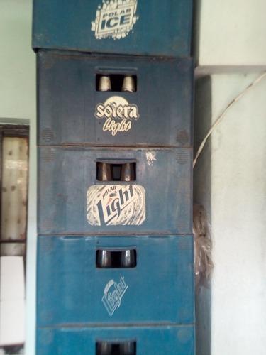 caja vacío cerveza polar con sus botellas