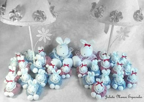 caja ,velador con  15 souvenirs conejos, bebes, patos..