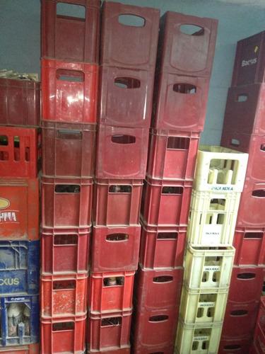 cajas de cerveza con botellas vacias